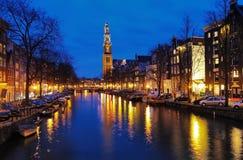 阿姆斯特丹教会西部夜间的视图 免版税库存照片