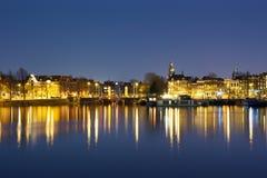 阿姆斯特丹晚上视图有反射在水中的光的 免版税库存图片