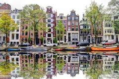 阿姆斯特丹有水反射的运河街道 库存照片