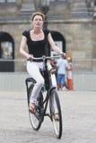 阿姆斯特丹水坝正方形的循环的女孩 库存图片