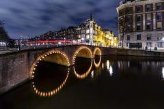阿姆斯特丹的运河在晚上 免版税库存图片