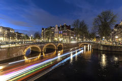 阿姆斯特丹的运河在晚上 图库摄影