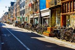 阿姆斯特丹老镇在一晴朗的星期天早晨城市慢慢地来到生活 免版税库存图片
