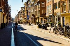 阿姆斯特丹老镇在一晴朗的星期天早晨城市慢慢地来到生活 图库摄影