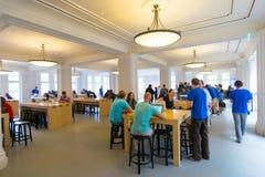阿姆斯特丹苹果计算机商店内部 库存图片
