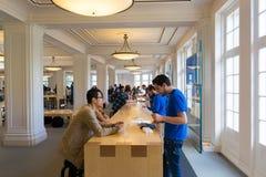 阿姆斯特丹苹果计算机商店内部 免版税库存照片