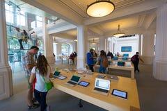 阿姆斯特丹苹果计算机商店内部 免版税库存图片