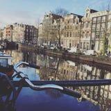 阿姆斯特丹荷兰运河视图自行车 库存照片