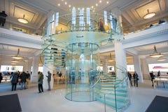 阿姆斯特丹荷兰 与玻璃台阶的内部看法在苹果计算机商店 免版税库存照片