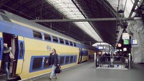 阿姆斯特丹荷兰 2016年10月16日 火车到达火车站 股票视频