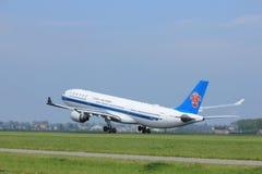 阿姆斯特丹荷兰-第6, 2017年:B-5965中国南方航空股份有限公司空中客车A330-323 免版税库存照片
