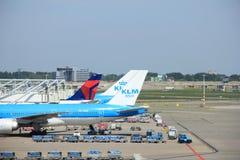 阿姆斯特丹荷兰-第13 2016年:在平台的飞机 免版税库存照片