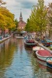阿姆斯特丹运河、教会和典型的房子 免版税图库摄影
