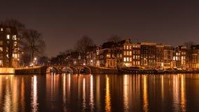 阿姆斯特丹运河与光的夜在Amstel 免版税库存图片