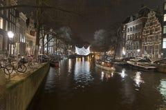 阿姆斯特丹运河和大厦在晚上 免版税库存图片