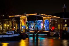 阿姆斯特丹运河和桥梁在晚上 免版税库存照片