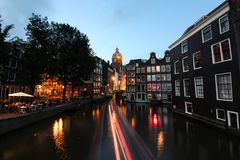 阿姆斯特丹运河和美丽的大厦在河附近在,平衡长的曝光 免版税库存照片