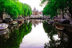 阿姆斯特丹运河和Waag 免版税图库摄影