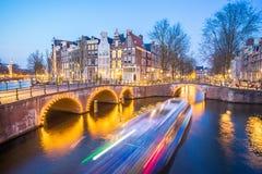 阿姆斯特丹运河在晚上在阿姆斯特丹市,荷兰 免版税库存照片