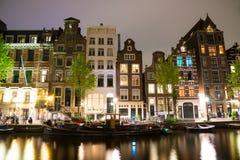 阿姆斯特丹运河在晚上 阿姆斯特丹是荷兰的首都 免版税库存图片