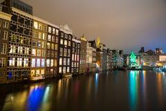 阿姆斯特丹运河在晚上 阿姆斯特丹是荷兰的首都 图库摄影