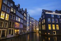 阿姆斯特丹运河在晚上 图库摄影