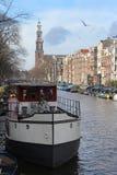 阿姆斯特丹运河居住船 免版税库存图片