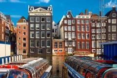 阿姆斯特丹运河的Damrak,荷兰,荷兰跳舞房子 图库摄影