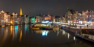 阿姆斯特丹运河Damrak,荷兰夜全景  库存图片