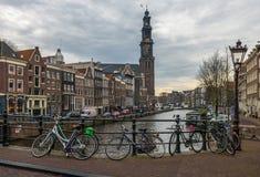 阿姆斯特丹都市风景、传统荷兰房子和运河 免版税库存图片