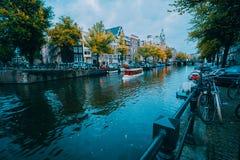 阿姆斯特丹都市风景在蓝色小时前,荷兰,荷兰 库存图片