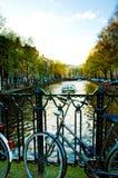 阿姆斯特丹,反对桥梁的自行车,黄昏,日落 免版税图库摄影