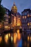 阿姆斯特丹,圣Niklaaskerk在夜之前 库存照片