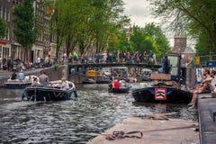 阿姆斯特丹,有花和自行车的在桥梁在运河,荷兰, 2017年7月08日 库存照片