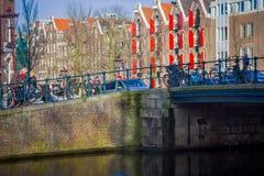 阿姆斯特丹,荷兰, 2018年3月, 10 :人们在阿姆斯特丹的历史部分的一座老石桥梁走,  免版税库存图片