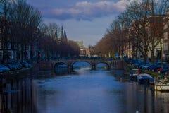 阿姆斯特丹,荷兰, 2018年3月, 10 :人们在阿姆斯特丹的历史部分的一座老石桥梁走,  库存图片