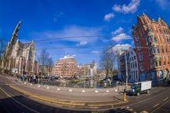 阿姆斯特丹,荷兰, 2018年3月, 10 :优秀大学毕业生广场购物中心门面室外看法在阿姆斯特丹的心脏 免版税库存图片