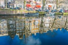 阿姆斯特丹,荷兰, 2018年3月, 10 :反射修造在河Amstel地标的出色的意见在老欧洲人 免版税库存图片