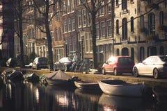 阿姆斯特丹,荷兰, 2018年3月, 10 :房子和小船惊人的看法在阿姆斯特丹运河,在荷兰样式与 免版税图库摄影