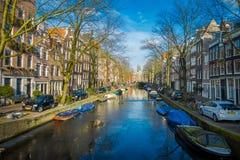 阿姆斯特丹,荷兰, 2018年3月, 10 :有些汽车出色的意见在接近许多小船的街道停放了在 免版税图库摄影
