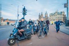 阿姆斯特丹,荷兰, 2018年3月, 10 :未认出的人民乘坐的自行车,摩托车和走在历史部分 免版税库存照片
