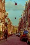 阿姆斯特丹,荷兰, 2018年3月, 10 :汽车的室外看法在街道场面的在中央阿姆斯特丹 免版税库存图片