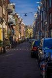 阿姆斯特丹,荷兰, 2018年3月, 10 :汽车的室外看法在街道场面的在中央阿姆斯特丹 库存照片