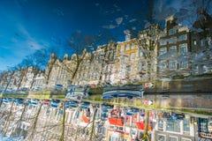 阿姆斯特丹,荷兰, 2018年3月, 10 :被倒置的反射大厦出色的意见在河Amstel地标的在老 库存图片