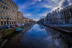 阿姆斯特丹,荷兰, 2018年3月, 10 :议院和小船在阿姆斯特丹运河 色的房子早晨照片的 免版税库存照片