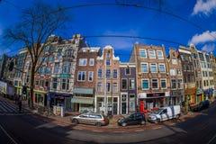 阿姆斯特丹,荷兰, 2018年3月, 10 :走在优秀大学毕业生广场购物外面的室外观点的未认出的人民 免版税库存照片