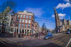 阿姆斯特丹,荷兰, 2018年3月, 10 :走在优秀大学毕业生广场购物外面的室外观点的未认出的人民 库存照片