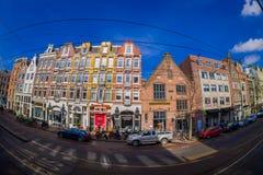 阿姆斯特丹,荷兰, 2018年3月, 10 :走在优秀大学毕业生广场购物外面的室外观点的未认出的人民 免版税图库摄影