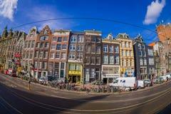 阿姆斯特丹,荷兰, 2018年3月, 10 :走外面的室外观点的有些汽车停放的和未认出的人民 库存图片