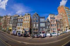阿姆斯特丹,荷兰, 2018年3月, 10 :走外面的室外观点的有些汽车停放的和未认出的人民 免版税库存图片